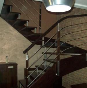 nowoczesne schody z ciemnego drewna 10