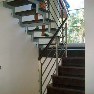 drewniane schody z metalowymi dodatkami 12