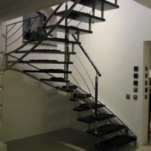 schody z ciemnego drewna 16
