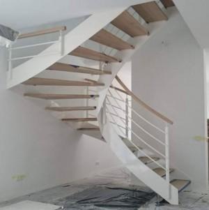 drewniane schody z metalowymi, białymi elementami 25