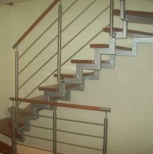 drewniane schody z metalowymi elementami 26
