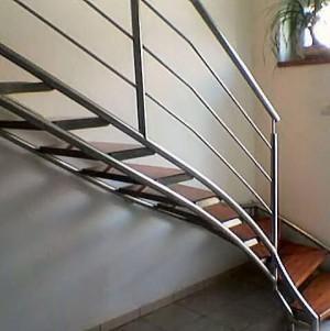 drewniane schody z metalową balustradą 28