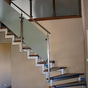 schody drewniane z metalowo-szklaną balustradą 29