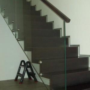 schody z ciemnego drewna 4