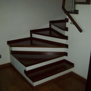 schody z ciemnego drewna schodex