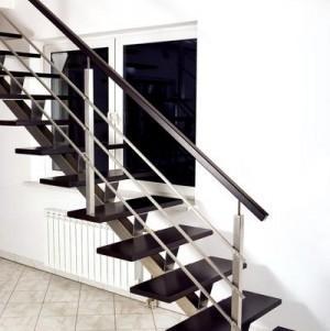 schody z ciemnego drewna z metalowymi dodatkami 2