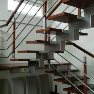 drewniane schody z metalowymi dodatkami 4