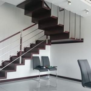 ciemne, drewniane schody