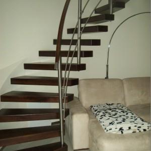 schody z ciemnego drewna