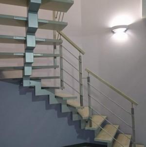 drewniane schody schodex z metalowymi dodatkami