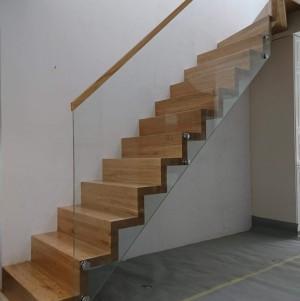 drewniane schody z balustradą ze szkła