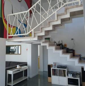 drewniane schody z białą drewnianą balustradą