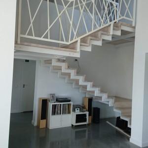 jasne, białe schody