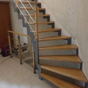 schody z drewna z metalową balustradą