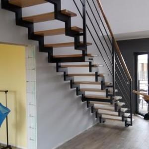 drewniane schody z drewnianą balustradą z metalowymi dodatkami