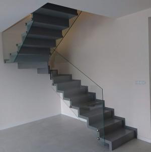ciemne metalowe schody