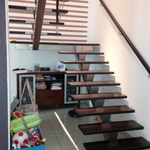 proste drewniane schody bez balustrady