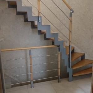 drewniane schody z metalowymi dodatkami