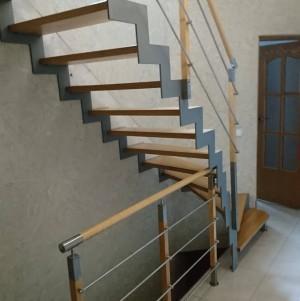 drewniane schody z drewnianą balustradą z dodatkiem metalu