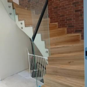 jasne, drewniane schody