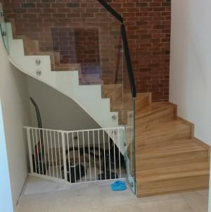 schody z jasnego drewna