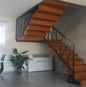 schody z metalową poręczą